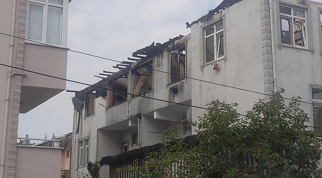 Çatıda başlayan yangın daireyi yaktı, 3 kişi dumandan etkilendi
