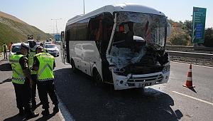 Dilovası'nda işçi midibüsü, kamyona çarptı: 13 yaralı
