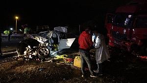 Otomobil, TIR'ın altına girdi: 2 ölü, 1 yaralı