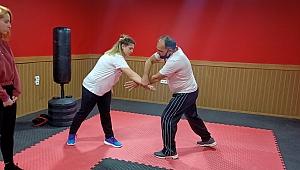 Dünya karate şampiyonu, kadınlara savunma sporları dersi veriyor