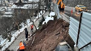 Kaldırımda oluşan toprak kaymasına Büyükşehir'den acil müdahale