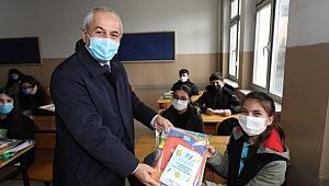 """Başkan Büyükgöz öğrencilere: """"okula gelirken raketini al da gel"""""""