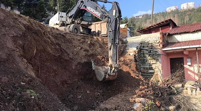 Toprak kayması olan yaya kaldırımında taş duvar yapımına başlandı