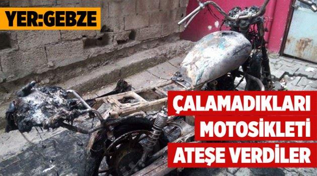 Çalamadıkları motosikleti ateşe verdiler!