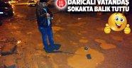 Darıcalı vatandaş sokakta balık tuttu